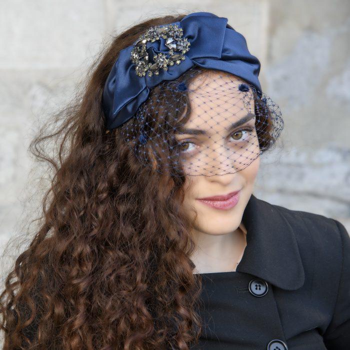 Serre-tête Isa en satin bleu foncé, strass et voilette