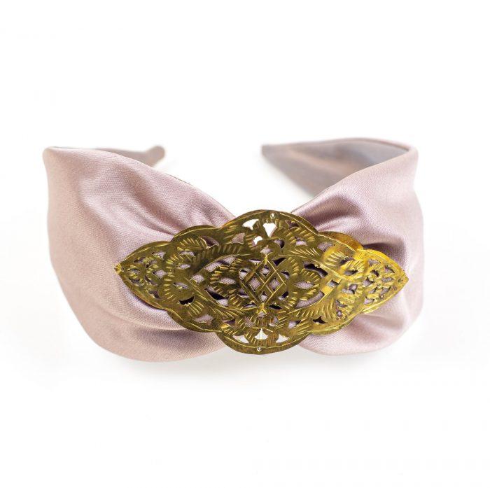 Serre-tête Lyra en satin rose et décoration métallique