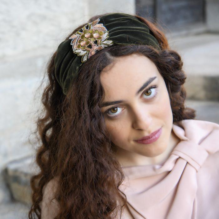Serre-tête Jane en velours vert et broderies de fleurs