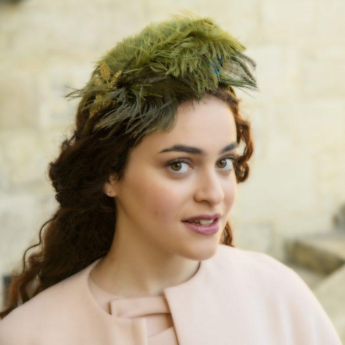 Serre-tête Luna en satin vert avec plumes de paon et strass