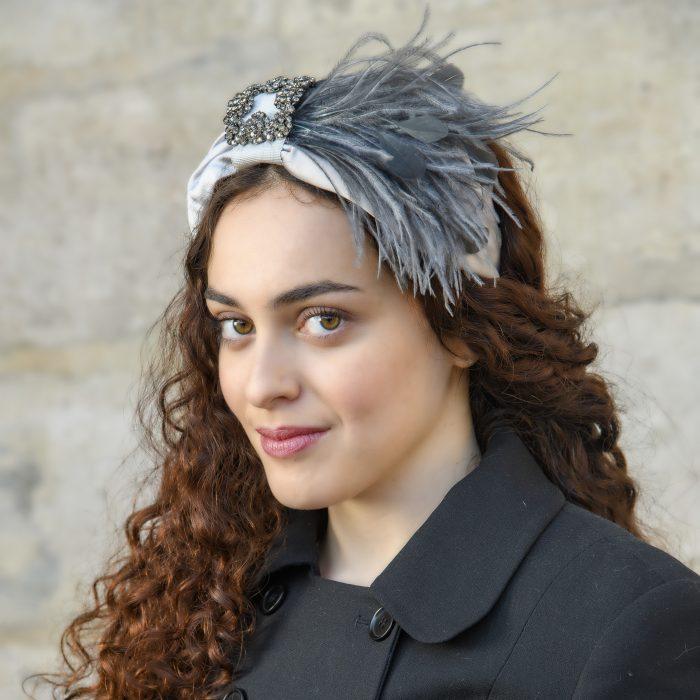 Serre-tête Elise en satin gris et strass avec plumes de paon