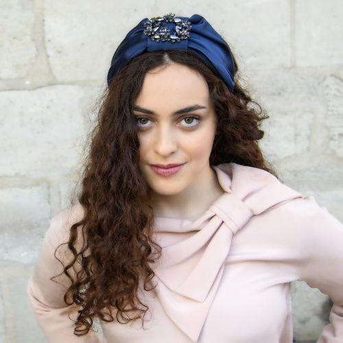 Serre-tête Emma en satin bleu foncé et strass