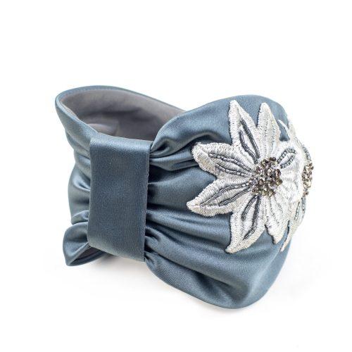 Serre-tête Alyssa en satin gris bleu et broderies de fleurs