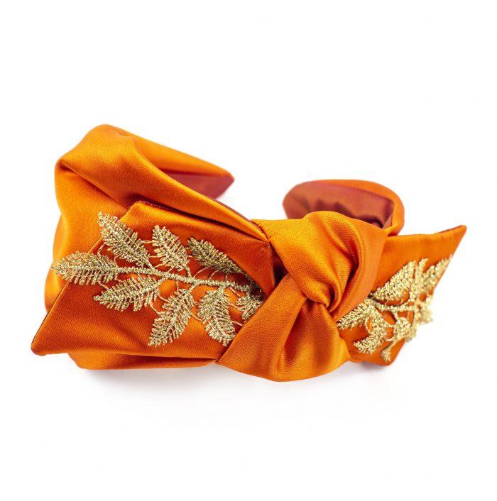 Serre-tête Joyce en satin orange avec noeud côté et broderies de fleurs